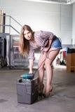 Jolie fille avec la boîte à outils et le dessiccateur photos libres de droits