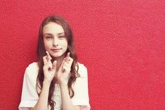 Jolie fille avec la coiffure bouclée photographie stock libre de droits