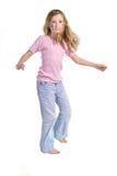 Jolie fille avec la danse de renivellement de guindineau de fleur photographie stock libre de droits