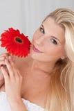 Jolie fille avec la fleur rouge Images stock