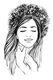 Jolie fille avec la guirlande des fleurs Image libre de droits