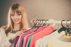 Jolie fille avec la nouvelle garde-robe Photo stock