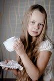 Jolie fille avec la pomme rouge Photographie stock