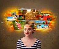 Jolie fille avec le concept rougeoyant coloré de souvenirs de photo Photo stock