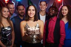 Jolie fille avec le gâteau d'anniversaire Images stock