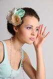 Jolie fille avec le longs cheveu et fleur-épingle à cheveux photo stock