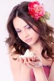 Jolie fille avec le longs cheveu et fleur-épingle à cheveux photographie stock libre de droits