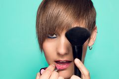 Jolie fille avec le maquillage et les accessoires de maquillage Rouge à lèvres, applicateur de maquillage photographie stock libre de droits