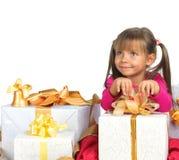 Jolie fille avec le présent Photos stock