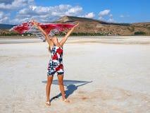 Jolie fille avec le sarong sur un lac de sel photo libre de droits