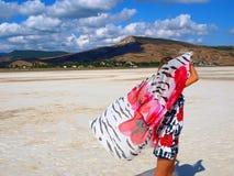 Jolie fille avec le sarong sur un lac de sel Images stock