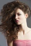 Jolie fille avec le type de cheveu grand Image libre de droits