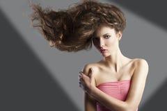 Jolie fille avec le type de cheveu grand. Image stock
