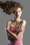 Jolie fille avec le type de cheveu grand. Images libres de droits