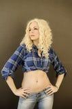 Jolie fille avec le ventre plat photographie stock libre de droits