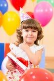 Jolie fille avec les ballons et le cadeau colorés Image libre de droits