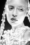Jolie fille avec les lanternes rougeoyantes, la peau blanche et le maquillage Pékin, photo noire et blanche de la Chine Images stock