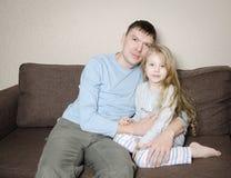 Jolie fille avec son père Image stock
