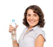 Jolie fille avec une bouteille d'eau froide Image stock