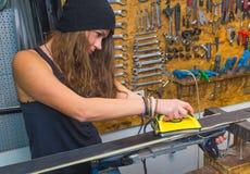 Jolie fille cirant le ski dans l'atelier photos libres de droits