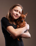 Jolie fille d'adolescent avec le petit chienchien Image stock