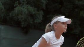 Jolie fille d'adolescent de joueur de tennis de débutant frappant la raquette sur la boule pendant la technique de pratique de se banque de vidéos