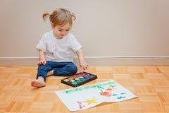 Jolie fille d'enfant en bas âge apprenant comment dessiner Image libre de droits