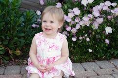 Jolie fille d'enfant en bas âge dans le rose Image libre de droits