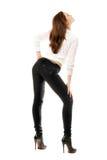 Jolie fille dans des jeans serrés noirs photo stock