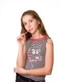 Jolie fille dans l'âge de dix restant sur le blanc Image libre de droits