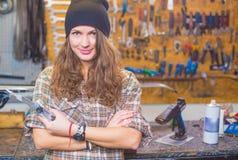 Jolie fille dans l'atelier avec un outil image libre de droits