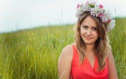 Jolie fille dans l'herbe Photo libre de droits
