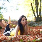 Jolie fille dans la forêt d'automne Photo libre de droits