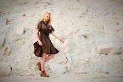 Jolie fille dans la robe kaki d'été de safari image libre de droits