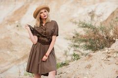 Jolie fille dans la robe kaki d'été de safari image stock
