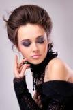 Jolie fille dans la robe noire avec les yeux fermés photo libre de droits