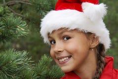 Jolie fille dans le chapeau de Santa Photos stock