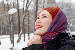 Jolie fille dans le foulard rouge avec les mains étreintes Photographie stock