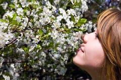 Jolie fille dans le jardin Photos libres de droits