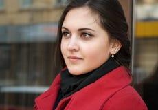 Jolie fille dans le manteau rouge et son regard expressif photo libre de droits