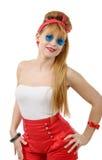 Jolie fille dans le rétro style avec les lunettes de soleil bleues sur le blanc Image libre de droits