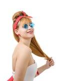 Jolie fille dans le rétro style avec les lunettes de soleil bleues sur le blanc Images libres de droits