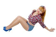 Jolie fille dans le rétro style se trouvant sur le plancher photo libre de droits
