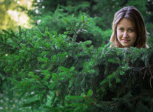 Jolie fille dans une belle forêt Images libres de droits