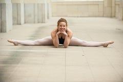 Jolie fille de ballet dans de pleines fentes Images libres de droits