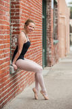 Jolie fille de ballet posée sur le siège fenêtre Images stock