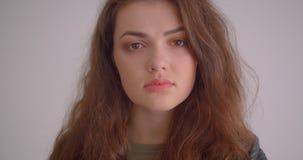 Jolie fille de brune dans la veste en cuir observant être à droite tours rêveurs à la caméra et aux sourires d'isolement sur le b clips vidéos