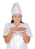 Jolie fille de cuisinier sentant la pizza délicieuse photos stock