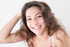 Jolie fille de jolie jeune femme bouclée heureuse Image stock