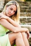 Jolie fille de l'adolescence avec les cheveux blonds Photographie stock libre de droits